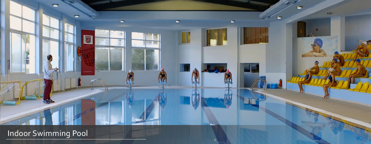 indoor swimming pool en